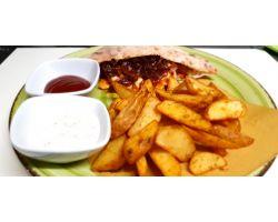 Hamburger di Galletto in salsa barbecue ,Brie  fuso,cipolla rossa caramellata e patate rustiche speziate