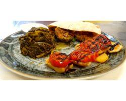 Hamburger vegetariano con pomodori e patate alla griglia contorno di friarielli napoletani